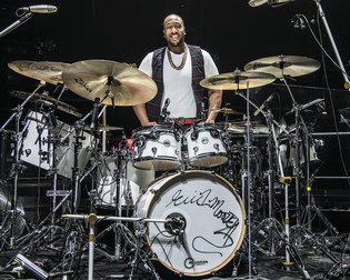 ERIC MOORE PLAYS DW DESIGN DRUMS ON STAGE